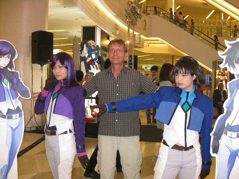 Its nice to see cosplayers. However, I find it disturbing that girls look better than guys when cosplaying as the heroes of Gundam 00. Kind of says something about our latest crop of Gundam main characters, eh?